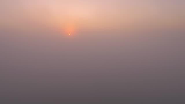 vídeos de stock, filmes e b-roll de vista aérea acima das nuvens do nascer do sol - ambiente dramático