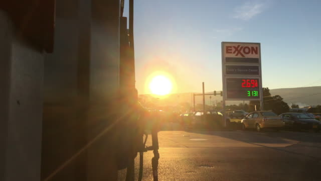 vidéos et rushes de sunrise and exxon gas station - faire le plein d'essence