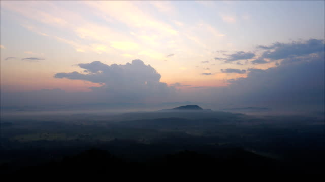 vídeos de stock e filmes b-roll de sunrise and fog on the mountain.timelapse. - vale
