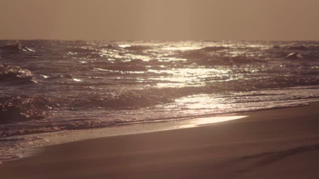 日の出と海 - 泡立つ波点の映像素材/bロール