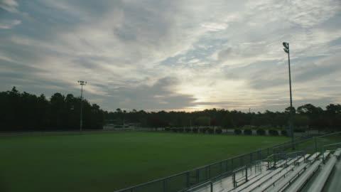 vídeos y material grabado en eventos de stock de sunrise at a football stadium at dawn - campo lugar deportivo