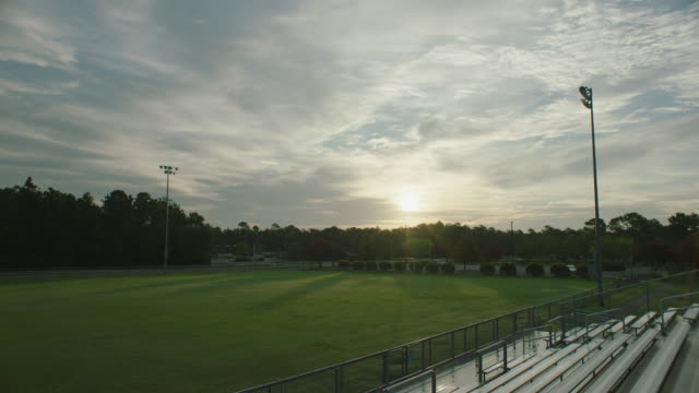 stockvideo's en b-roll-footage met sunrise at a football stadium at dawn - north carolina amerikaanse staat