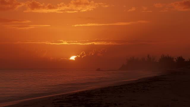 sunrise at beach in the bahamas –  shot on great guana cay, abaco - 色が変わる点の映像素材/bロール