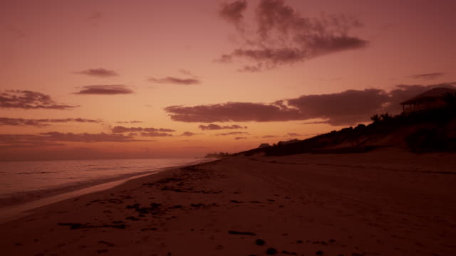sunrise at beach in the bahamas – wide shot from great guana cay, abaco - 色が変わる点の映像素材/bロール