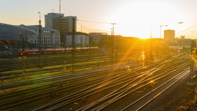 sunrise at hauptbahnhof train station, munich,germany - ferrovia video stock e b–roll