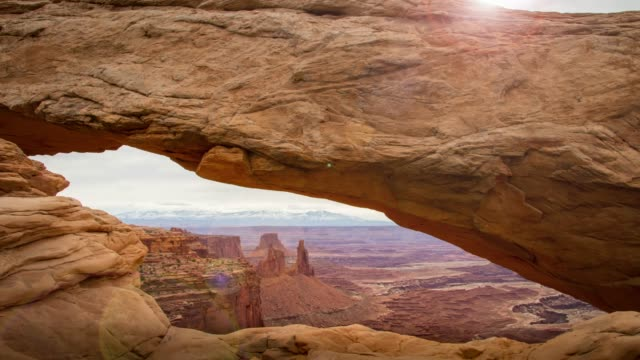 sonnenaufgang am mesa bogen im canyonlands national park, utah - moab utah stock-videos und b-roll-filmmaterial