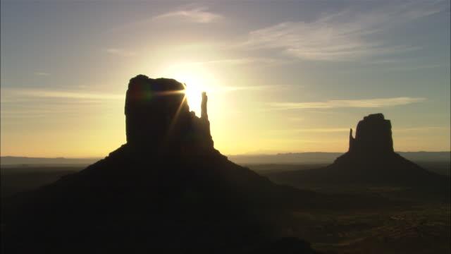 "vidéos et rushes de sunrise at ""mittens"" butte formation, monument valley, utah available in hd. - piton rocheux"