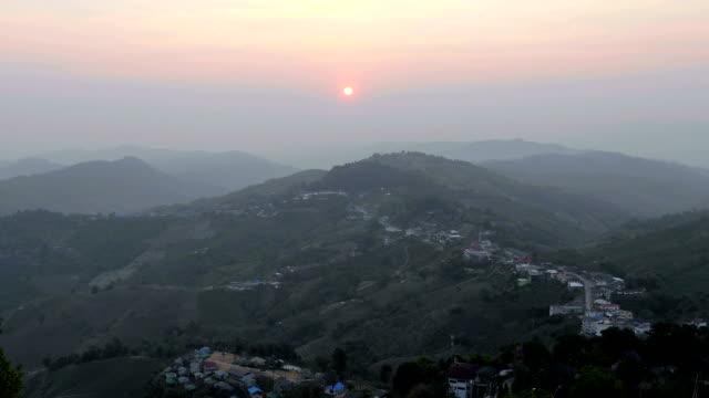 alba di paesino di montagna - valle video stock e b–roll