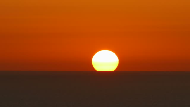 stockvideo's en b-roll-footage met sunrise at sea - horizon over water