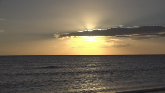 sunrise at sea - spiaggia stock videos & royalty-free footage