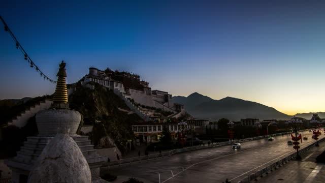 sunrise at the potala palace - 尖り屋根点の映像素材/bロール