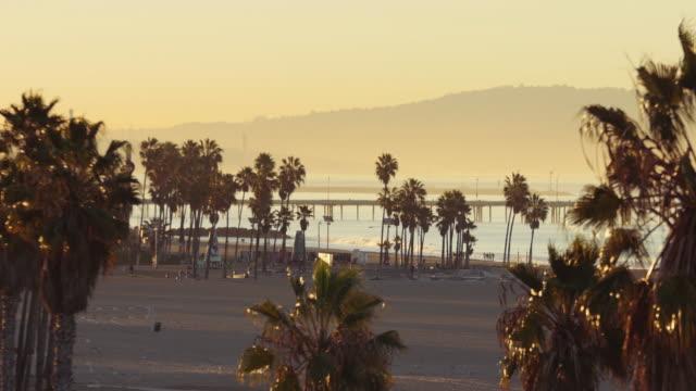 vídeos y material grabado en eventos de stock de sunrise at venice beach, los angeles california - santa monica los ángeles