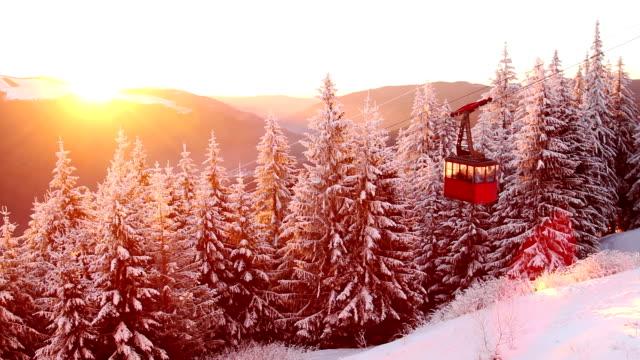 vídeos y material grabado en eventos de stock de amanecer en las montañas del bosque de invierno - rumania