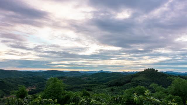 vídeos y material grabado en eventos de stock de tl amanecer, hermoso sol con niebla en las montañas por la mañana. - mckyartstudio