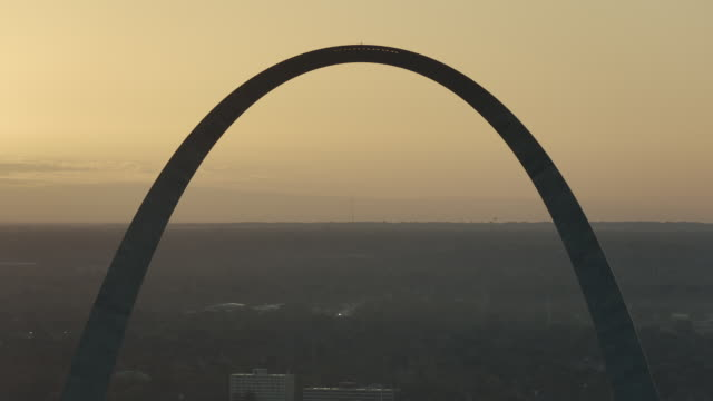 sunrise behind gateway arch in st louis - gateway arch st. louis stock videos & royalty-free footage
