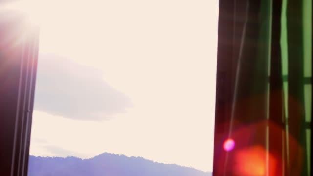緑のカーテンと太陽フレアの背後にあるサンライズ - カーテン点の映像素材/bロール