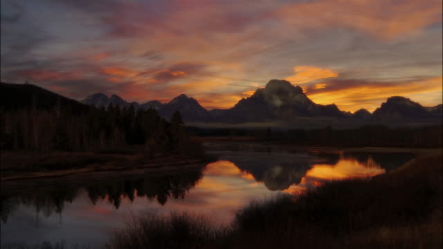 t/l, ws sunrise by lake in grand teton national park, wyoming, usa - wyoming stock-videos und b-roll-filmmaterial