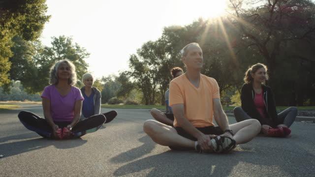 stockvideo's en b-roll-footage met 4k slo mo: sunrise fitness klasse - hawaiiaanse etniciteit