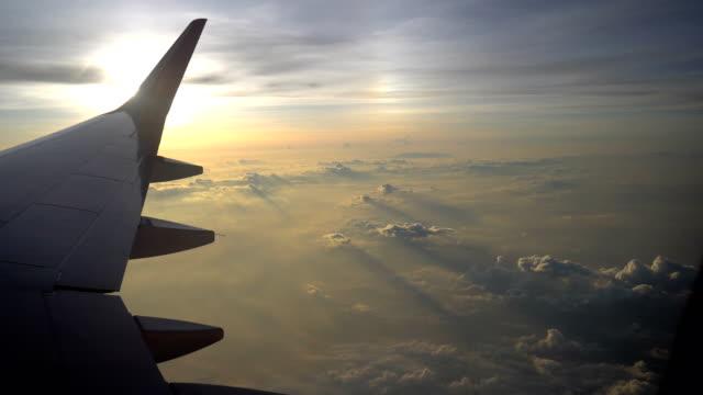 sunrise flight, airplane window pov - ala di aeroplano video stock e b–roll