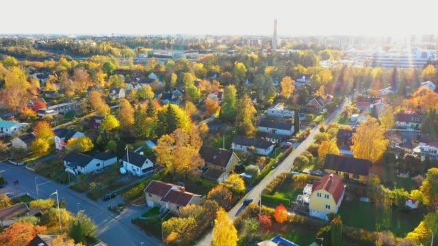 vidéos et rushes de sunrise. survol de la banlieue de stockholm, immeubles d'habitation, villas, route - campagne ville