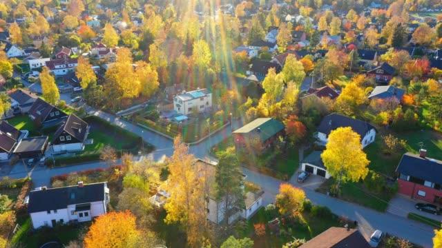 vídeos de stock e filmes b-roll de sunrise. flying over suburban stockholm, apartment buildings, villas, road - paisagem cena não urbana