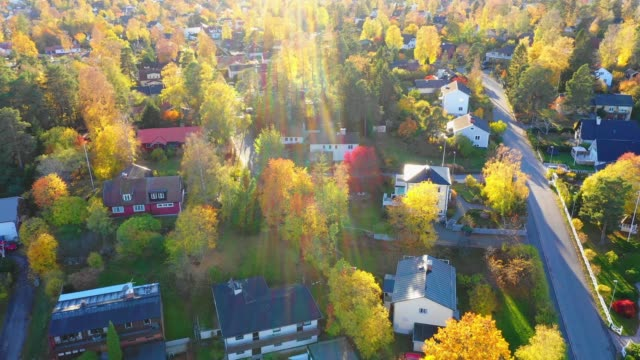 vídeos de stock e filmes b-roll de sunrise. flying over suburban stockholm, apartment buildings, villas, road - distrito residencial