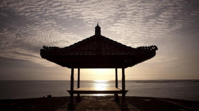 vídeos de stock e filmes b-roll de sunrise in bali  - telhado de palha
