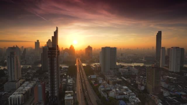 sonnenaufgang in der stadt bangkok, thailand - langzeitbelichtung stock-videos und b-roll-filmmaterial