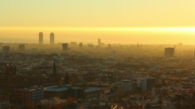 vídeos y material grabado en eventos de stock de amanecer en barcelona 4 k - esmog