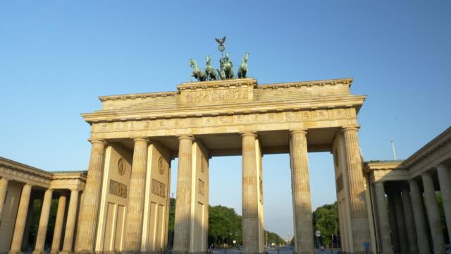 stockvideo's en b-roll-footage met zonsopgang in de brandenburger tor, berlijn - brandenburgse poort