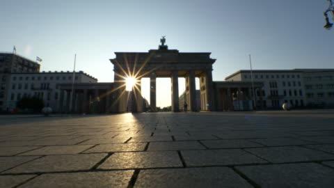 vídeos y material grabado en eventos de stock de amanecer en la puerta de brandenburgo, berlín - berlín