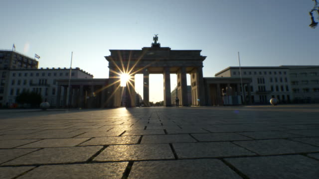 stockvideo's en b-roll-footage met zonsopgang in de brandenburger tor, berlijn - nationaal monument beroemde plaats