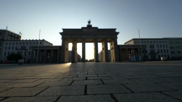 sonnenaufgang im brandenburger tor, berlin - städtischer platz stock-videos und b-roll-filmmaterial