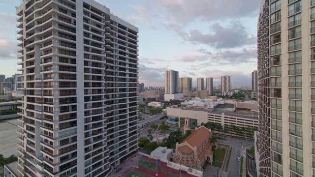stockvideo's en b-roll-footage met zonsopgang in downtown miami, het uitzicht over de jachthaven vanaf biscayne bay. luchtvideo met achterwaartse camerabeweging. - venetian causeway bridge