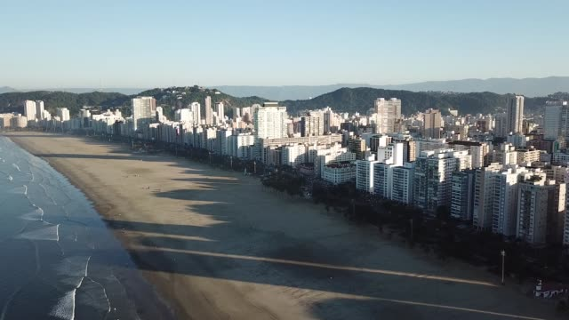 vídeos de stock, filmes e b-roll de nascer do sol na praia do gonzaga (praia do gonzaga), em santos, brasil - ninguém