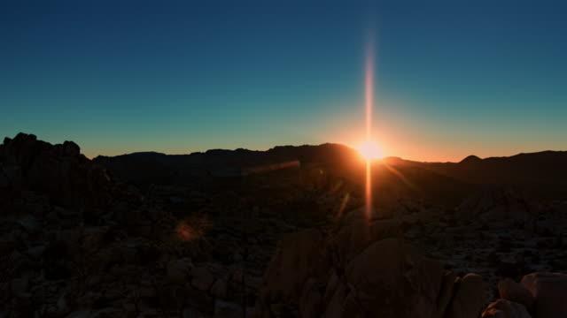 sunrise in joshua tree national park - wüste stock-videos und b-roll-filmmaterial