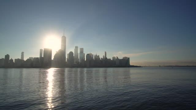 vidéos et rushes de ws sunrise in lower manhattan / new york city, etats-unis - quartier financier