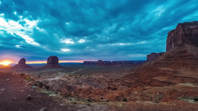 stockvideo's en b-roll-footage met sunrise in monument valley - time lapse video - southwest usa