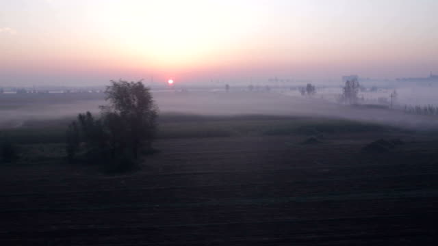 Sonnenaufgang in der morgendliche Blick aus dem Zugfenster