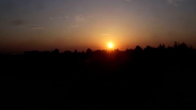 sonnenaufgang in der morgendliche blick aus dem zugfenster - lokomotive stock-videos und b-roll-filmmaterial