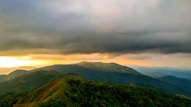 Nascer do sol nas montanhas Paisagem