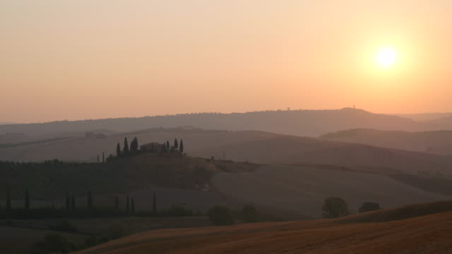 sunrise in tuscany, italy - collina video stock e b–roll
