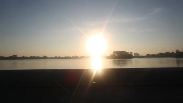 vídeos y material grabado en eventos de stock de sunrise is reflected on inya lake in yangon, myanmar, on thursday, oct 15 people exercise at sunrise along inya lake in yangon, silhouettes of people... - budismo