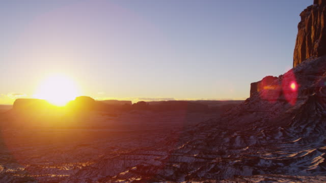 sunrise monument valley navajo tribal park desert arizona - 浸食された点の映像素材/bロール