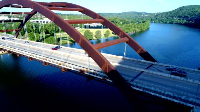 vídeos de stock e filmes b-roll de sunrise morning over the town lake 360 bridge or pennybacker bridge - town