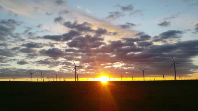 sunrise of a wind power plant - 平地点の映像素材/bロール