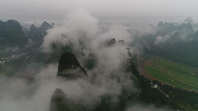 vídeos de stock e filmes b-roll de sunrise of lijiang river,yangshuo,guilin,guangxi,china - bambu material