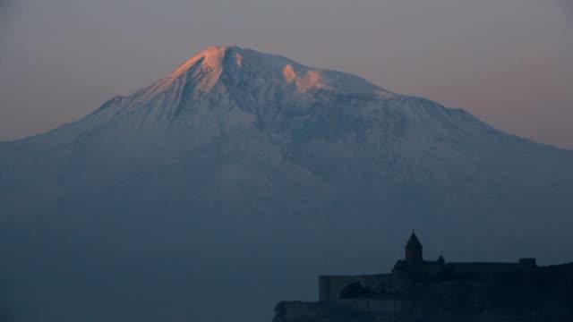vidéos et rushes de lever du soleil sur le mont ararat et le monastère de khor virap en arménie - culture de l'europe de l'est