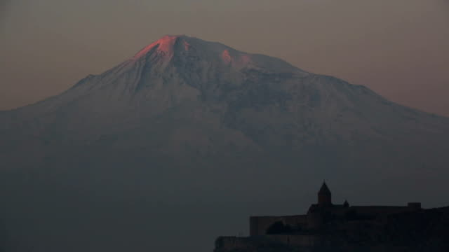 stockvideo's en b-roll-footage met sunrise on ararat mountain and khor virap monastery - oost europese cultuur