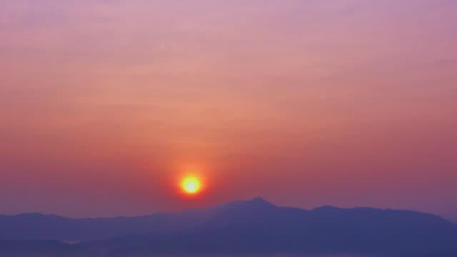 vídeos de stock, filmes e b-roll de nascer do sol sobre montanhas tl 4 k ii - time lapse da noite para o dia
